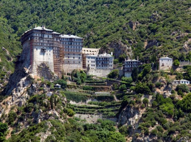 Athos är en autonom del av Grekland och bebos av 1400 personer.