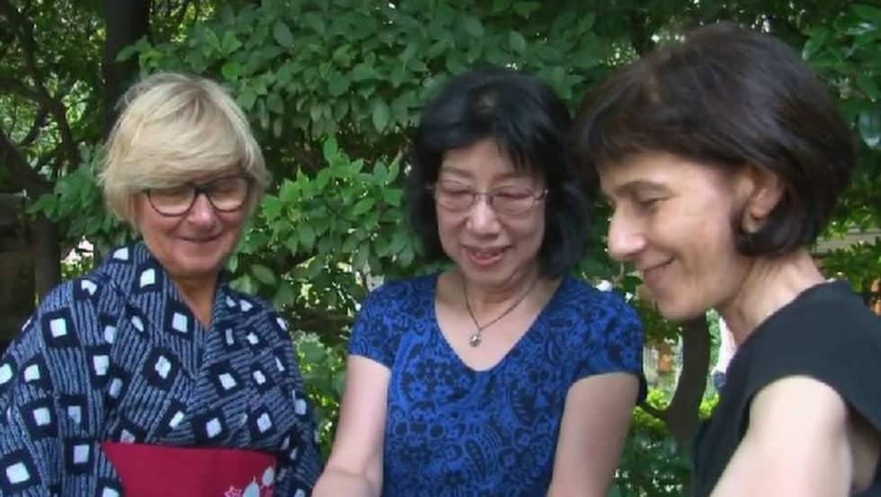 """Filmaren Dvorit Shargal, längst till höger, letade upp sin barndoms bokhjältar och återförenade dem. """"Jag blev paff över att en kvinna i Israel kände till boken"""", säger Eva Crafoord-Larsen, som syns längst till vänster i bild. I mitten står Noriko Shiraishi. Bilden är från Dvorit Shargals film."""