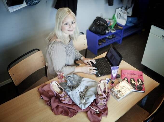 Nätshoppare. Lindomebon Sara Ekman, 21, köper det mesta på nätet. - Jag kanske handlar lite för mycket. Men jag tycker att det är otroligt bekvämt och smidigt. Jag är inte så mycket för att gå runt i butiker. Då är det bättre att prova hemma, säger hon. Foto: Anders Ylander