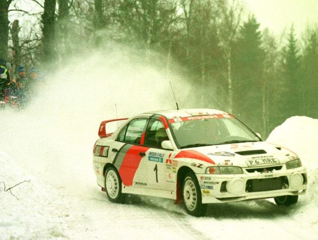 Mäkinen mot seger i svenska rallyt 1998.