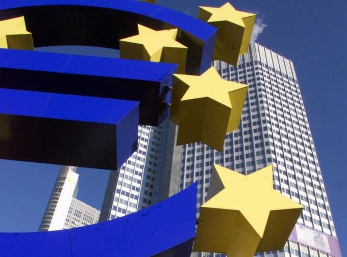 Onsdagen före jul lånade eurozonens banker svindlande 489 miljarder euro. Tanken är att bankerna lånar dessa pengar till blott 1 procents ränta av ECB, för att låna ut till krisande stater Foto: Frank Rumpenhorst
