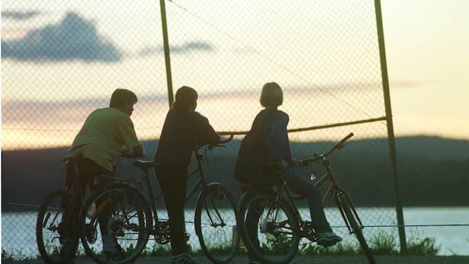 Här har tre barn stannat till framför polisens avspärrningar vid morplatsen år 1998. Foto: MAGNUS LAUPA