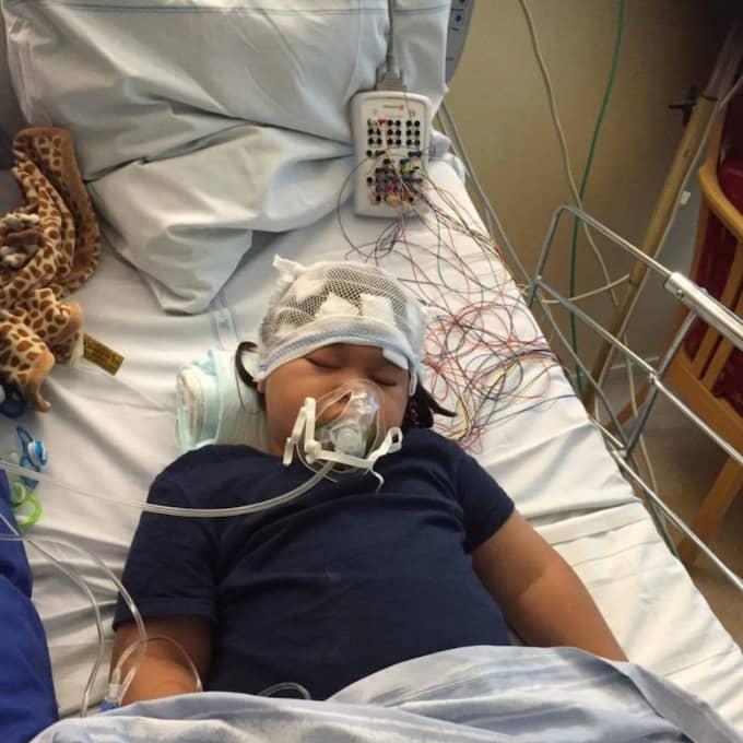 Fyraårige Charlie har allvarliga funktionsnedsättningar och behöver uppsyn dygnet runt – men nu dras hans assistans in helt. Foto: Privat