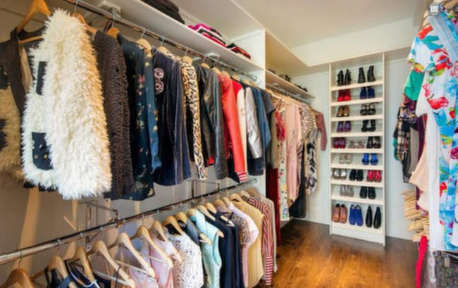 En walk-in closet som heter duga. Och det är bara den ena!