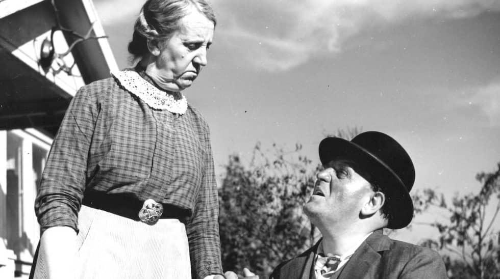 """Skådespelerskan Julia Caesar (t v) tillsammans med Douglas Håge i """"Det regnar på vår kärlek"""" Foto: - -"""