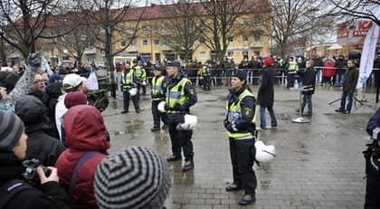 När de ensamkommande flyktingbarnen orsakade politisk debatt i Vellinge i november, stod stora delar av civilsamhället på de svagas sida. Bilden är tagen vid Sverigedemokraternas demonstration, där många motdemonstranter slöt upp. Foto: Lasse Svensson