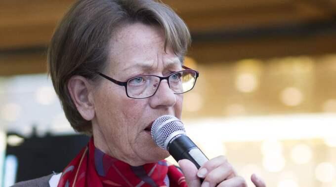 Gudrun Schyman skriver tillsammans med Fi-kollegan Veronica Svärd. Foto: Sven Lindwall
