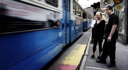"""Annika Lundmark och Mohammad Kaffaehpour bor och har verksamhet i närheten där John Lindholm blev påkörd av spårvagnen i lördags. """"Det är förvillande att det ser ut som att vagnen följer spåret utmed gräset. Men vissa vagnar går rakt fram"""", säger Annika Lundmark. Foto: Anna-Karin Nilsson"""