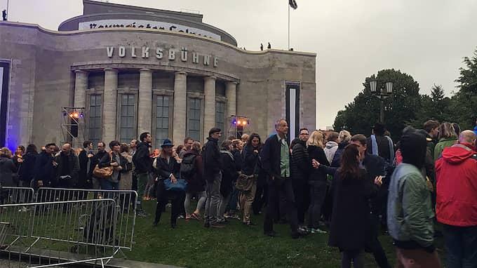 På lördagen är rövarhjulet borta, det börjar klarna upp när avskedsfesten på Rosa Luxemburg-platz är i full gång, folk, barn, hundar, öl och musik. Foto: Maria Edström