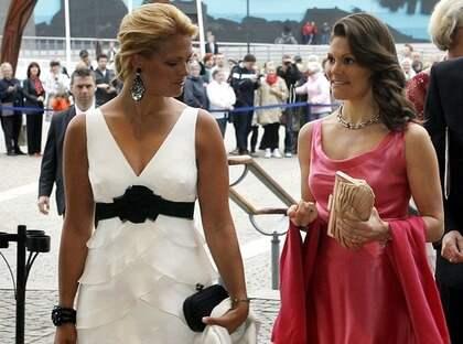Sessor med designerväskor. Madeleine med en Bottega Veneta-clutch. Victoria med en Anya Hindmarch-clutch. Foto: Anders Ylander
