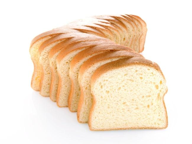 Har du gammalt vitt bröd kan du använda det till att ta bort fläckar på framför allt ljusa oplastade tapeter. Gnugga försiktigt den inte helt torra brödbiten mot fläcken tills den bleks.