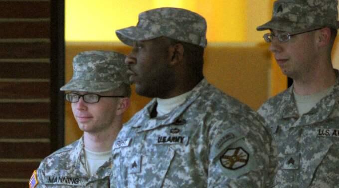 Bradley Manning, till vänster, hotas av livstids fängelse sedan han läckt hemliga dokument till Wikileaks. Foto: Cliff Owen