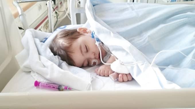 """Tuffa behandlingar. Behandlingen med cellgifter är påfrestande för Angelo. """"Han ligger i sin säng, han vill inte leka. Han är nästan okontaktbar i bland"""", säger Emily och pappa Erik Silva. Foto: Privat"""
