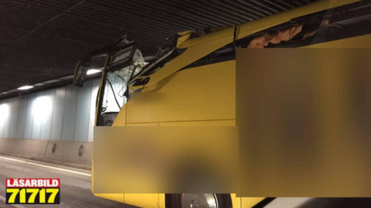 Bussen fick taket avskalat