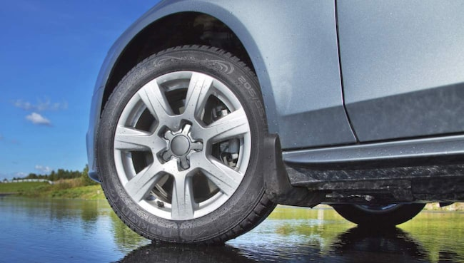 På nya bilar kan man inte byta plats på hjulen utan att kalibrera om systemet för däcktrycksövervakning.