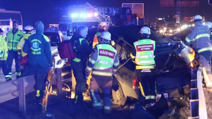 En person dog i en kraftig trafikolycka på E4 sent på påskdagskvällen. Foto: ROSAHELIKOPTER.SE