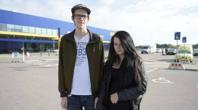 Sanna Lindblom, 19, arbetssökande, Västerås: – Det är läskigt eftersom man är här så mycket. Jag var här för en vecka sedan och så händer det här nu. Hannes Hultgren, 19, arbetssökande, Västerås: – Det är hemskt, speciellt att det är två stycken som har dödats. Foto: Meli Petersson Ellafi