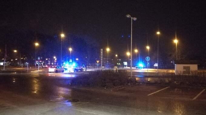 Polisen är på plats i Trollhättan. Foto: Läsarbild