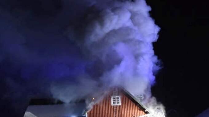 Rökutvecklingen vid branden i villan i Bromölla kommun var mycket kraftig. Hundar som var kvar i huset kunde inte räddas. Foto: Jens Christian
