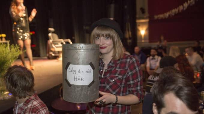 JÄMNT SKÄGG. Efter en sluten omröstning hämtade Frida Amundsson urnan med alla röstsedlarna. Foto: Ulf Ryd