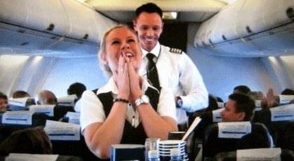 Piloten Mikael Knudsen överraskar sin flickvän Emelie med ett frieri - mitt under flygningen.