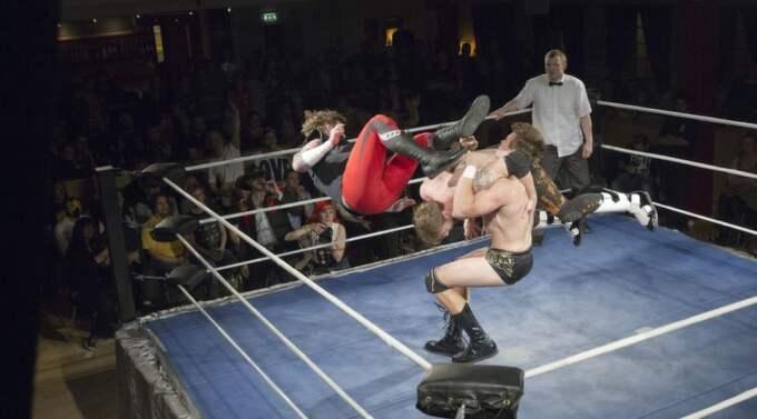 """. """"Wrestlingen är som ett allkonstverk som kräver publikens engagemang och deltagande"""", skriver Charlotte Wiberg som besökte senaste wrestlingkvällen (lördag 6 oktober) på Tangopalatset i Malmö. Foto: Ulf Ryd"""