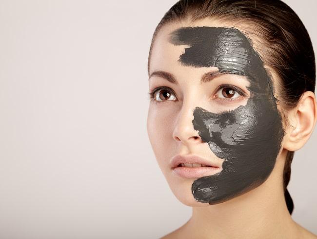 Porerna upplevs som större när vi åldras eftersom huden blir mindre elastisk.