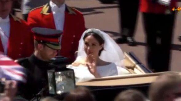 Kortegen med brudparet hyllas av folket