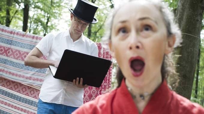 """Stefan Klaverdal spelar och Lisa Hansson sjunger sin egen """"Den lilla vävoperan"""" på festivalen. Även textilierna i bakgrunden kan höras i verket. I april har """"Den stora vävoperan"""" urpremiär på Textilmuseet i Borås. Foto: Daniel Nilsson"""