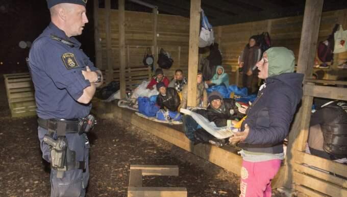 Malmöpolisen besöker migranter som sover vid en förskola. Foto: Drago Prvulovic/Malmobild Ab
