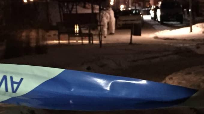 Polisen har spärrat av ett område som sträcker sig över två innergårdar på platsen. Foto: Mathias Asplund