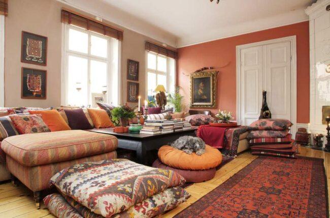 Soffan, från numera nedlagda butiken The one, bjuder in till soffhäng. Kuddarna är en blandning av antikt och nytt. De handknutna mattorna och kelimkuddarna kommer från Marocko.