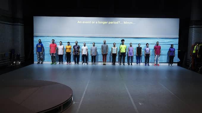 """Ur """"Mental states of Sweden in dance"""". Cullbergbaletten går mest omkring. Foto: Urban Jörén."""