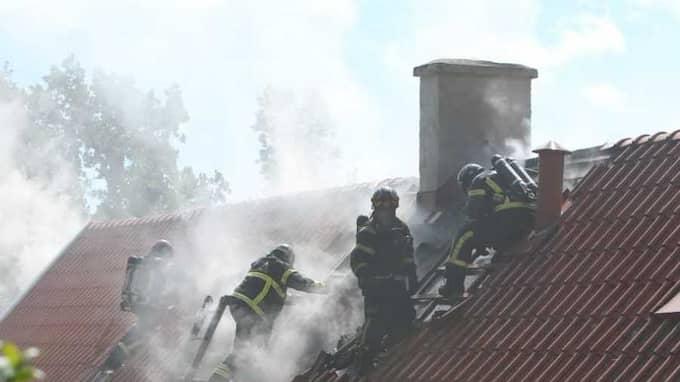 På måndagsmorgonen larmades räddningstjänsten till en brand i en äldre villa i samhället Vånga utanför Kristianstad. Foto: Peo Möller