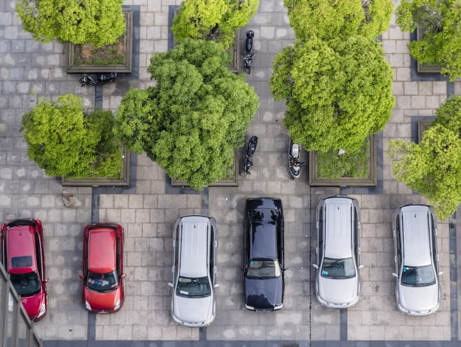 Räknar man ihop alla grå och silvernyanser bli de överlägsen etta. Var tredje bil har någon form av grå nyans.