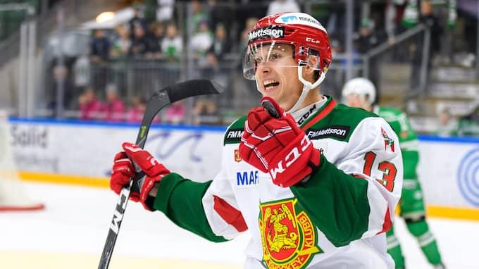 Moras Emil Bejmo kom fri efter en turlig sargstuds när han gjorde 3–1 i numerärt underläge. Foto: ANDERS BJURÖ / BILDBYRÅN