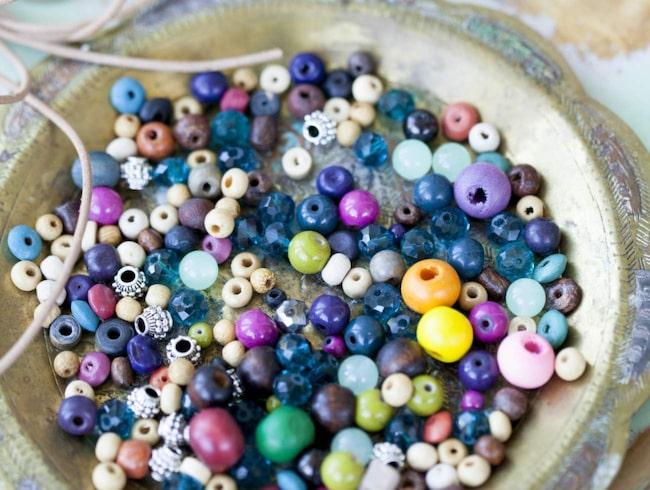 Pyssla med pärlor är populärt. Gör exempelvis snygga armband eller  pärlplattor. f684e94536f80
