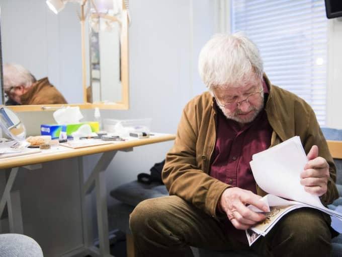 """Sven Wollter bär med sig manuset till """"Pojke med pilbåge"""" i sin tygpåse. Boken släpps i mitten av december. Foto: Alexander Donka"""