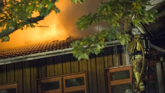18 oktober. En gammal skolbyggnad i Onsala i Kungsbacka, tänkt som asylboende, brinner ner. Foto: Björn Larsson Rosvall/Tt