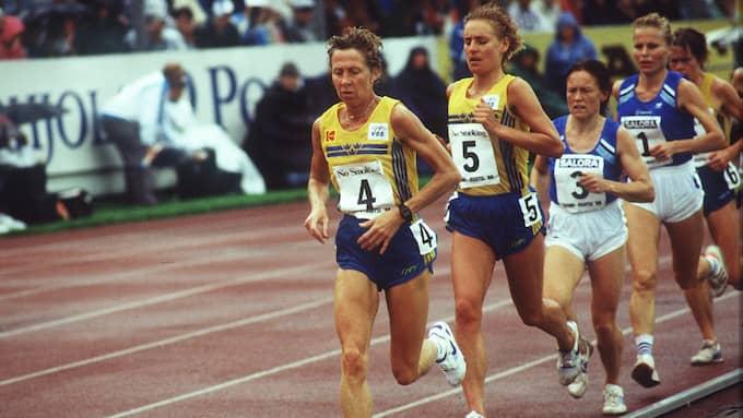 Evy Palm drar före Midde Hamrin i finnkampen 1989.