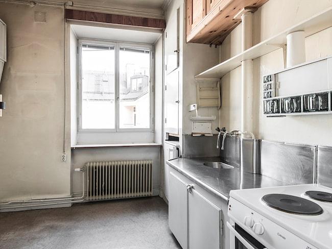 Lägenheten ligger på Nybrogatan i Stockholm och har två rum och kök, på totalt 45 kvadratmeter.
