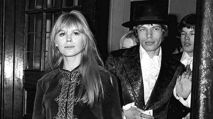 Här är Mick Jagger med sångerskan Marianne Faithfull 1967. Foto: / AP PA, FILES
