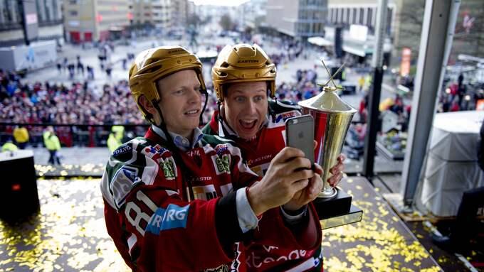 Ryan Lasch tillsammans med Elias Fälth när Frölunda firade SM-guldet på Götaplatsen för ett år sedan. Foto: NICKLAS ELMRIN / BILDBYRÅN