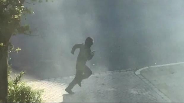 Se filmen där en maskerad person springer från platsen