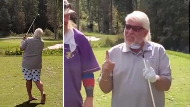 Här slår skandalomsusande golfaren till med en hole-in-one