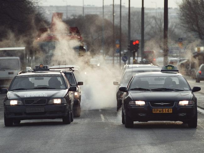 Smutsig luft i Stockholm orsakas av utsläpp från dieselbilar. Därför kan det bli ett förbud och de smutsigaste bilarna portas från innerstan.