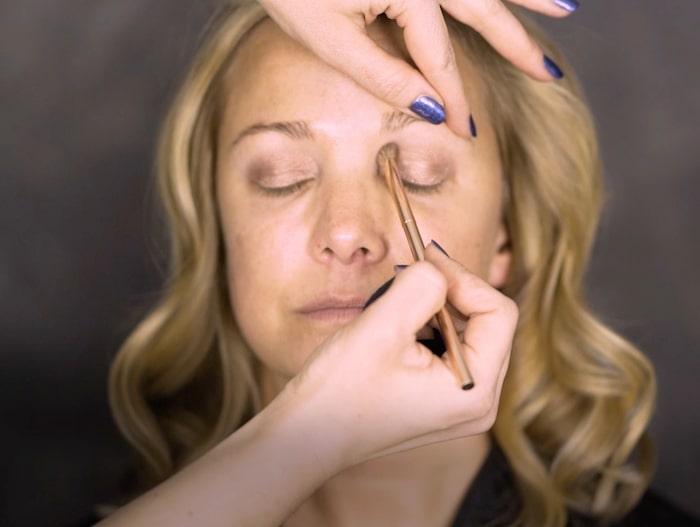 Låt borsten svepa som en vindrutetorkare längs med globlinjen, samtidigt som du gör cirkelrörelser.