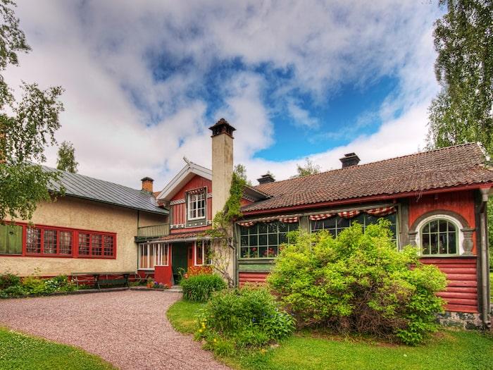 I byn Sundborn utanför Falun finns ett av Sveriges mest omtalade konstnärshem, Carl-Larsson-gården. Här fick konstnären mycket inspiration till sina målningar.
