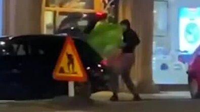Här filmas tjuvarna i smyg – lastar bilen full med lyxjackor