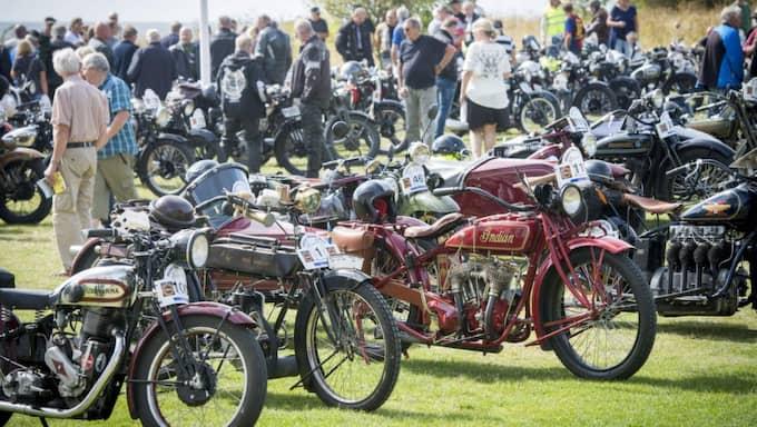 155 klassiska motorcyklar avverkade drygt 50 mil under två dagar, med målgång på Örenäs slott. Det var 54:e gången det något makliga Skåne Rundt-rallyt kördes. Foto: Christer Wahlgren